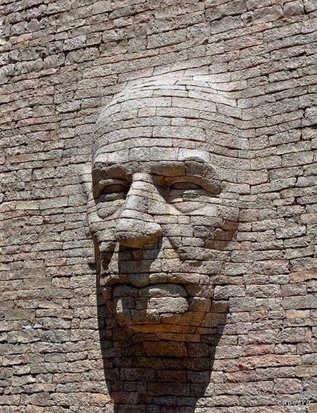 Кирпичная скульптура