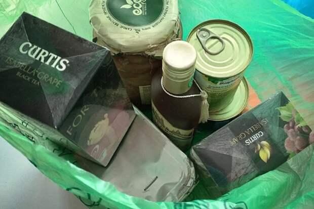 Съездил в деревню к родственникам привез «городские» продукты, тетка молча убрала их в сторону и накрыла на стол свое