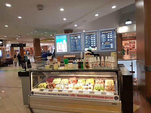 Бессовестный способ наживаться на мороженом в торговом центре. Всем на заметку.