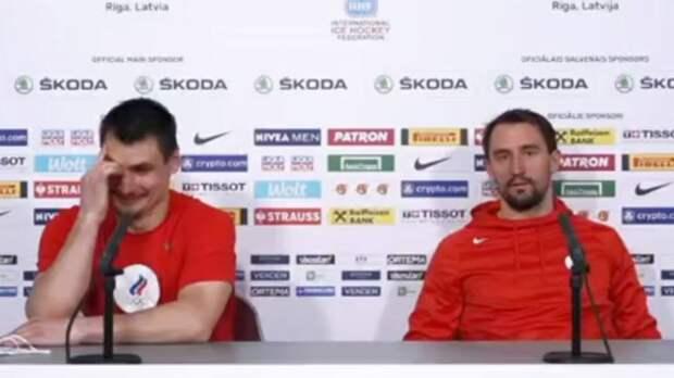 Прикол дня. Капитан сборной России не понял вопроса иностранного журналиста и рассмешил партнера по команде: видео