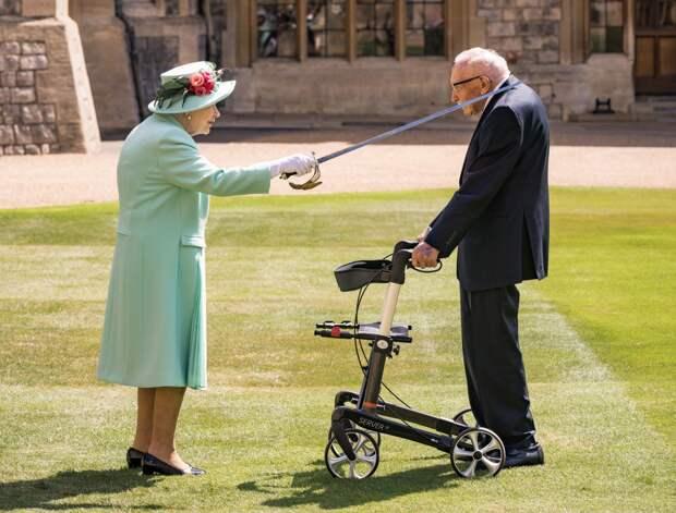 Королева Елизавета II посвятила в рыцари ветерана войны, собравшего средства для борьбы с коронавирусом