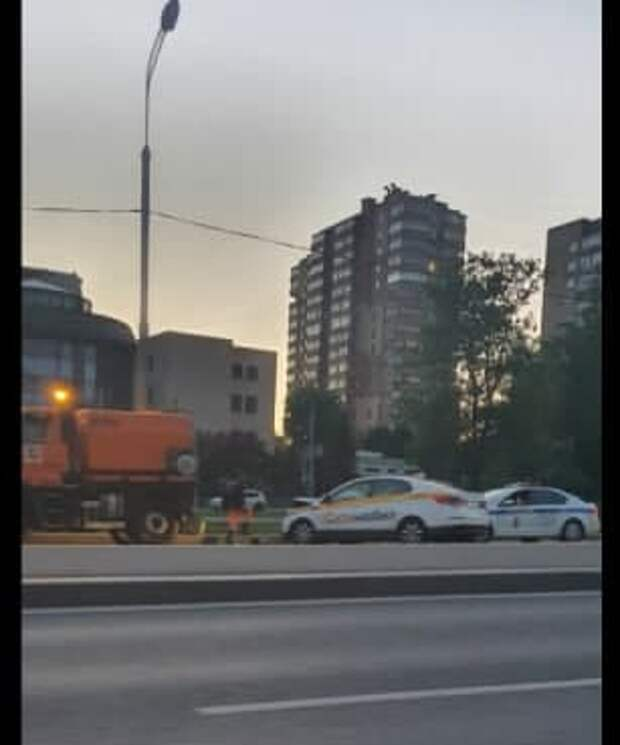 Таксист припарковался в Щукине прямо на отбойник