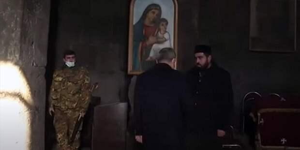 Изгнание Пашиняна из храма армянским священником засняли на видео
