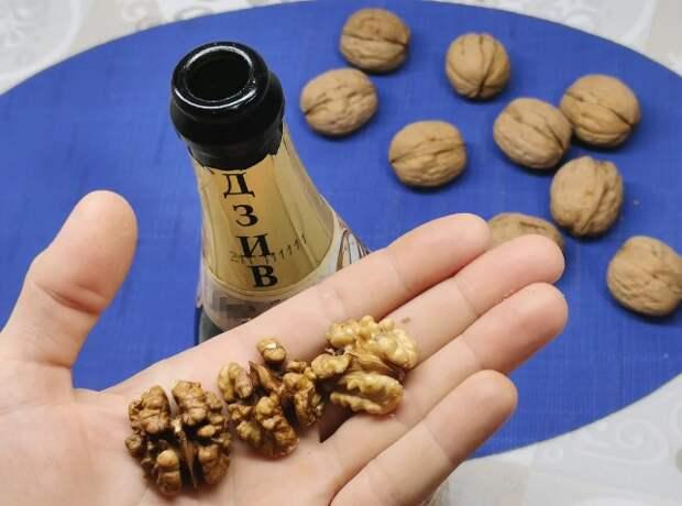 Чищу грецкие орехи при помощи бутылки от шампанского. Ядро остается целым