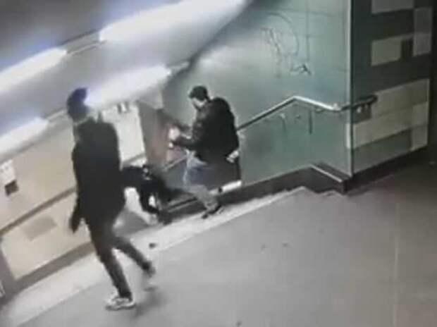 Интернет потрясло видео, на котором мигрант спустил немку с лестницы