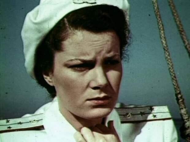 Элина Быстрицкая в фильме *В мирные дни*, 1950 | Фото: kino-teatr.ru