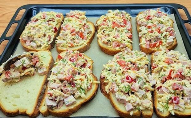 Пицца-брускетты в 10 минут: раскладываем салат на порезанный батон и почти готово