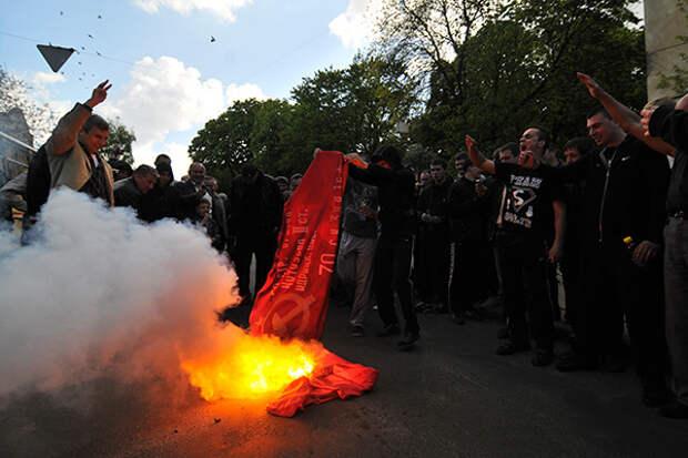 Кадры с провокацией украинских радикалов 9 мая в Одессе вызвали гнев у россиян