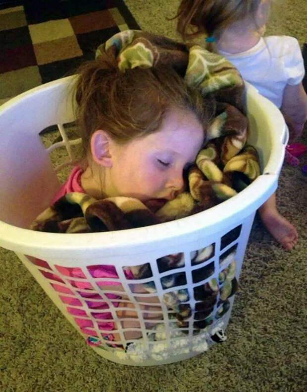 Сон в корзине для белья.
