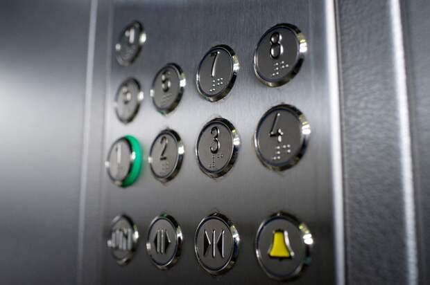 Лифт в подъезде дома на Енисейской очистили от грязи