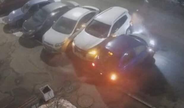 Водитель автомобиля Nissan повредил четыре припаркованные машины в Оренбурге