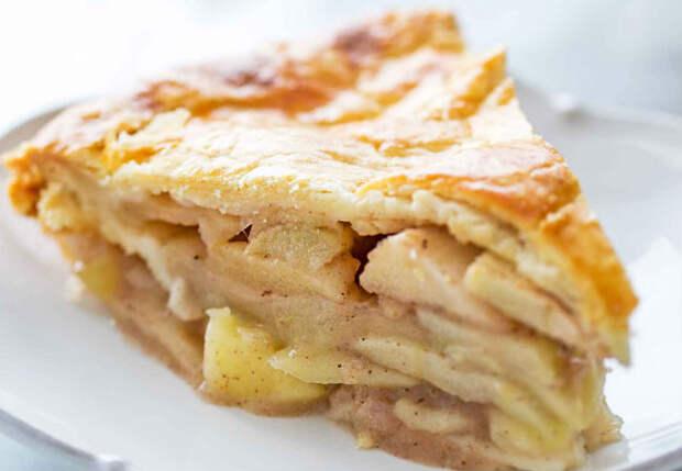 Яблочный пирог тает во рту: прозрачное тесто и много сочной начинки