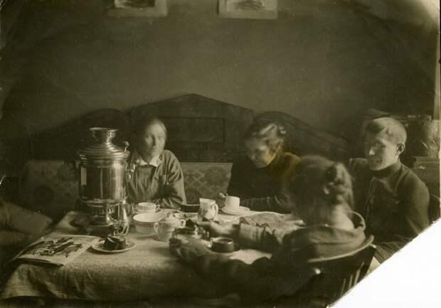 Советское изобилие на снимках с застольем