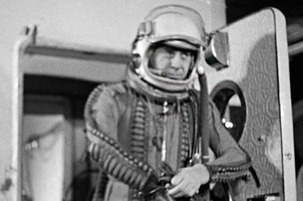 Георгий Береговой выходит из специально оборудованной комнаты после тренировки. 1969 год. Георгий Береговой, история, космонавт, факты
