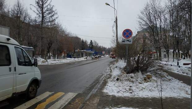 В Климовске запретили остановку машин на улице Ленина