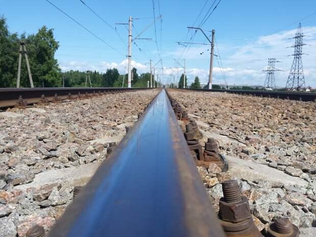 Под Москвой легковушка угодила под поезд, погибли три человека