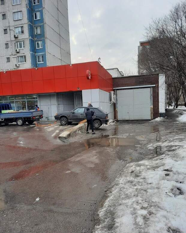 Фото дня: в Марьиной роще автомобиль попал в «ловушку»