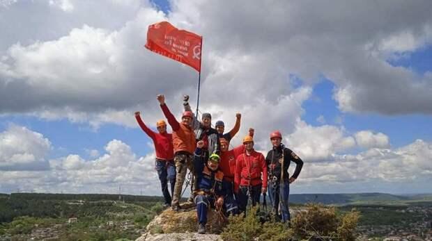 Бахчисарайские спасатели водрузили Знамя Победы на гору Сувлу-Кая