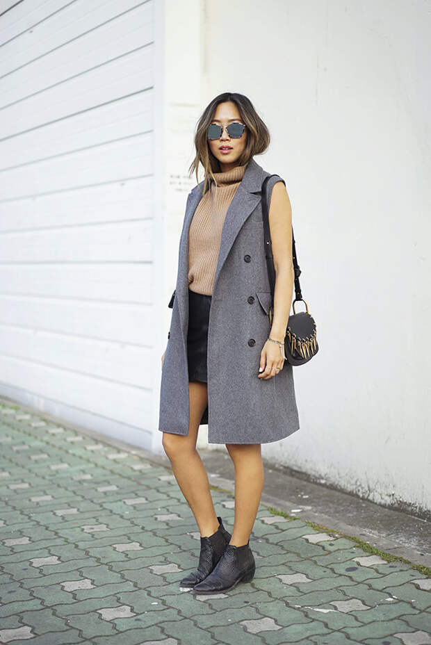 Девушка в бежевом свитере, мини юбка и серый жилет