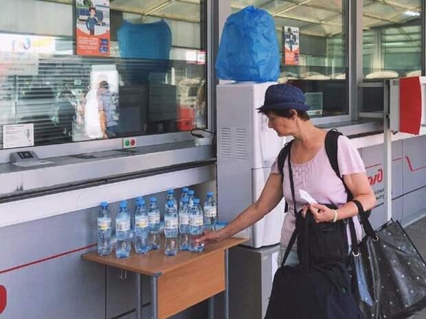 Пассажирам метро и МЦК в столице начали раздавать воду