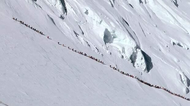 Смерть в очереди за славой: пробки теперь и на Эвересте