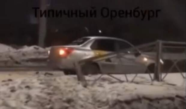 Таксист вОренбурге протаранил наулице Терешковой дорожное ограждение