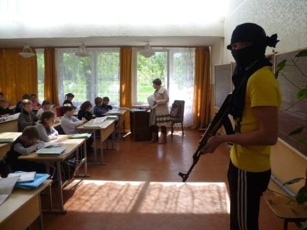 В школу ворвался человек с оружием. Что делать?