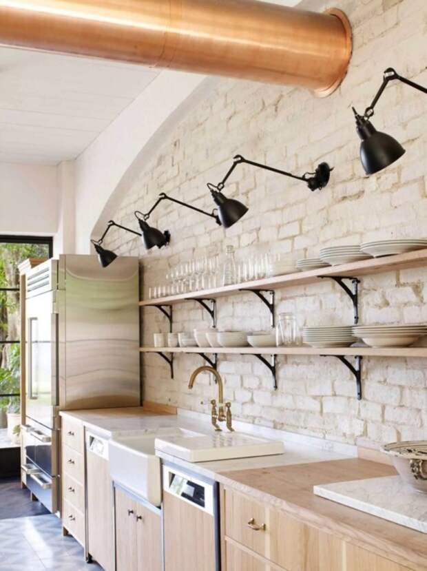 Лофт с длинными открытыми полочками на всю стену. /Фото: i.pinimg.com