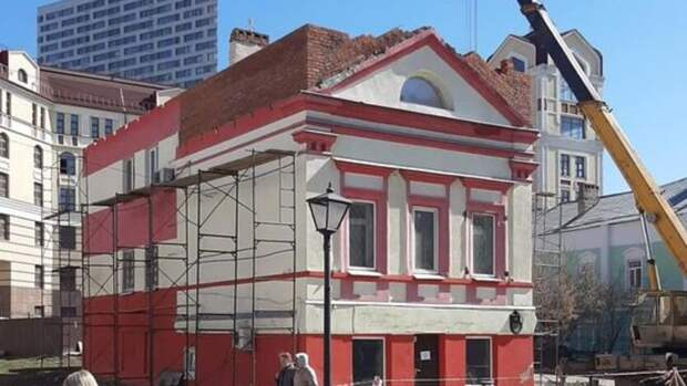 Собственника исторического здания вцентре Казани убедили разобрать надстройку