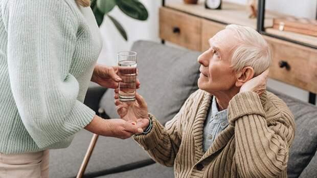 Приемный дед: Минтруд предложил устраивать одиноких стариков в семьи