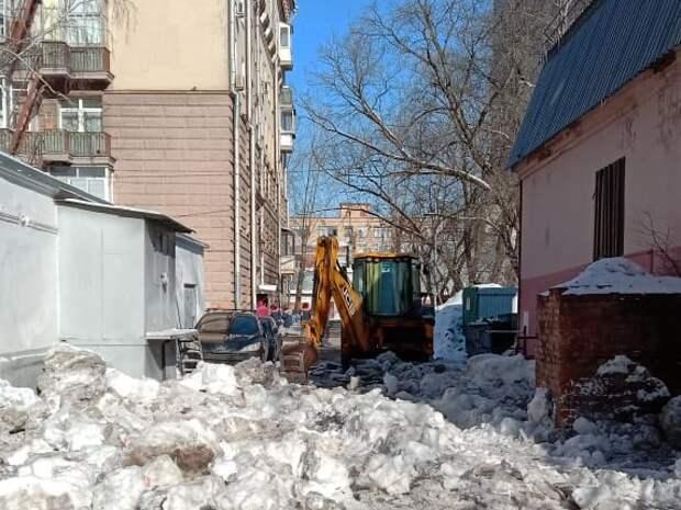 Двор на улице Костякова очистят от наледи