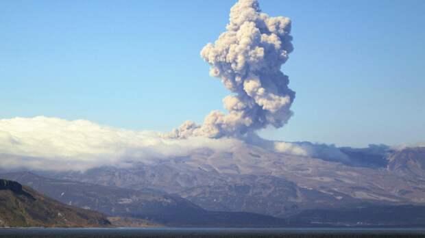 Курильский вулкан Эбеко выбросил столб пепла на 2,3 километра