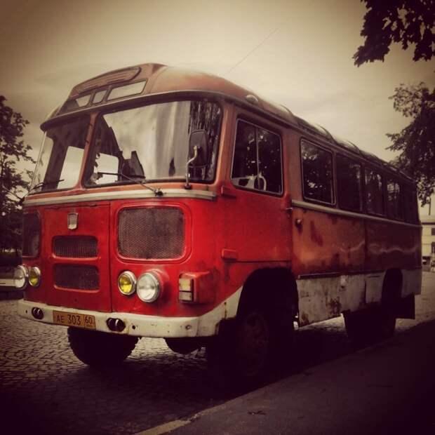 Маленькие, гремящие и неудобные. Но сейчас вспоминаются с доброй ностальгией автобусы, воспоминания, детство, ностальгия