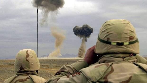Американские военные наблюдают за уничтожением оружия и боеприпасов, захваченных у талибов. Архивное фото