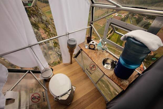 7 головокружительных фото прозрачного отеля, который висит на горе