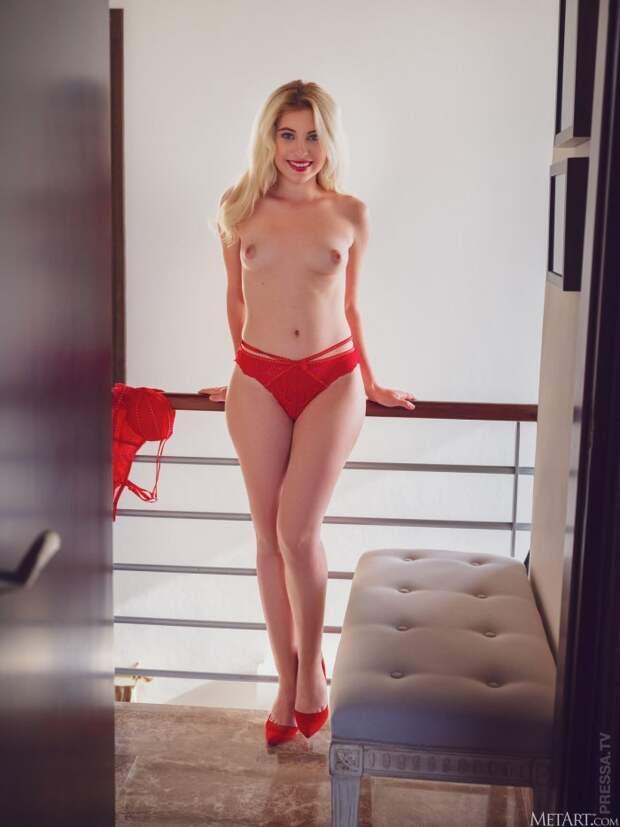 Lilly Bella в красном бикини