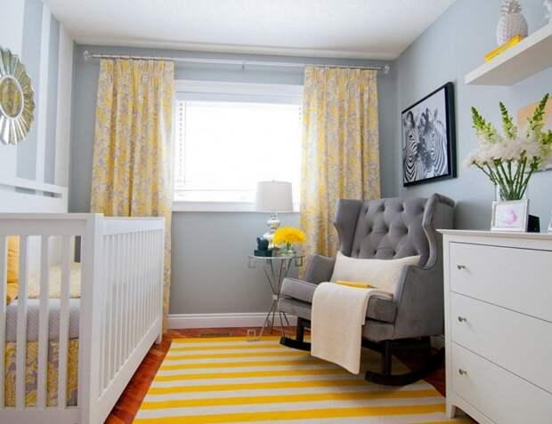 Симпатичное решение для оформления комнаты в серых тонах с примесью желтого что добавляет солнечного тепла.