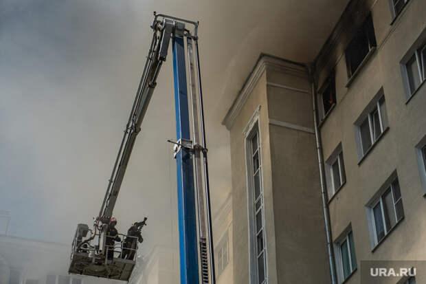 Очевидец: тушение дома вЕкатеринбурге затянулось из-за пожарных