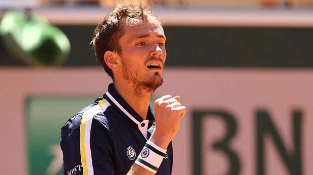 Медведев впервые выиграл матч на «Ролан Гаррос», это получилось только с пятой попытки. Помог экс-россиянин Бублик