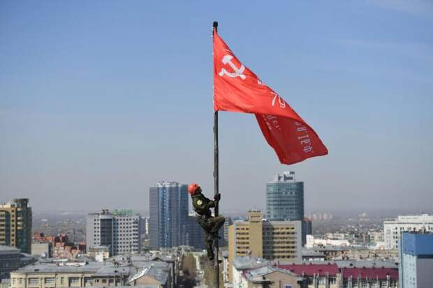Знамя Победы установили над оперным театром в Новосибирске