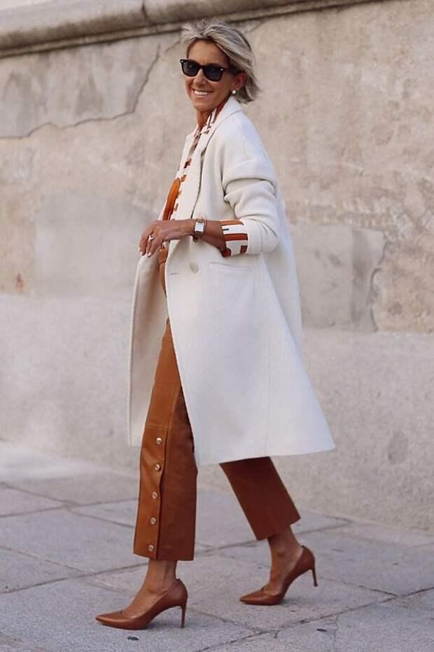 Демисезонное пальто восхитительно смотрится с туфлями