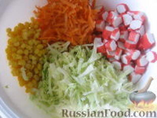 """Фото приготовления рецепта: Салат """"Крабовые страсти"""" - шаг №6"""