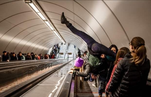Бег по эскалатору является нарушением / Фото: yaplakal.com