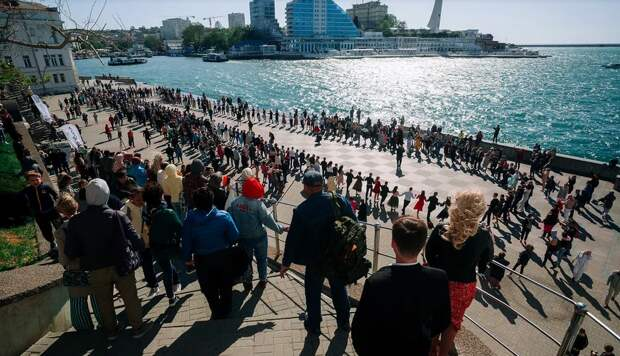 В Севастополе в акции «За Победу танцуй до победного» участие приняли более 100 пар