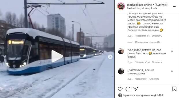 Такси застряло на трамвайных путях возле остановки «Молодцова»