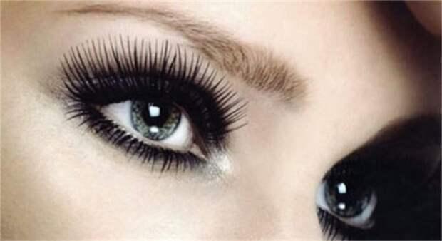 глаза крупным планом с накладными ресницами