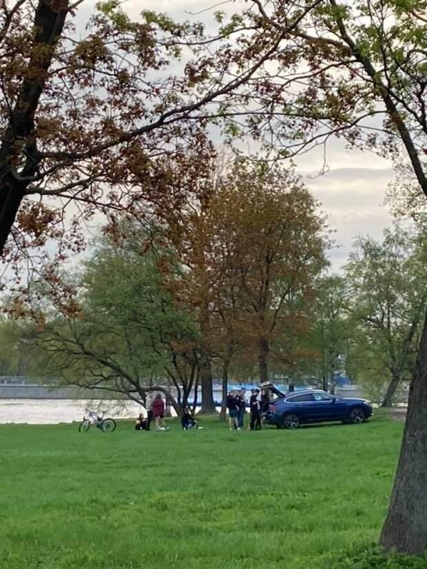 Ближе к воде и дальше от приличий. Компания на неместном BMW нашла невидимую парковку с видом на Крестовский