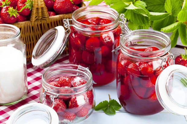 Клубника - ягода нежная, поэтому обращаться с нею нужно очень аккуратно