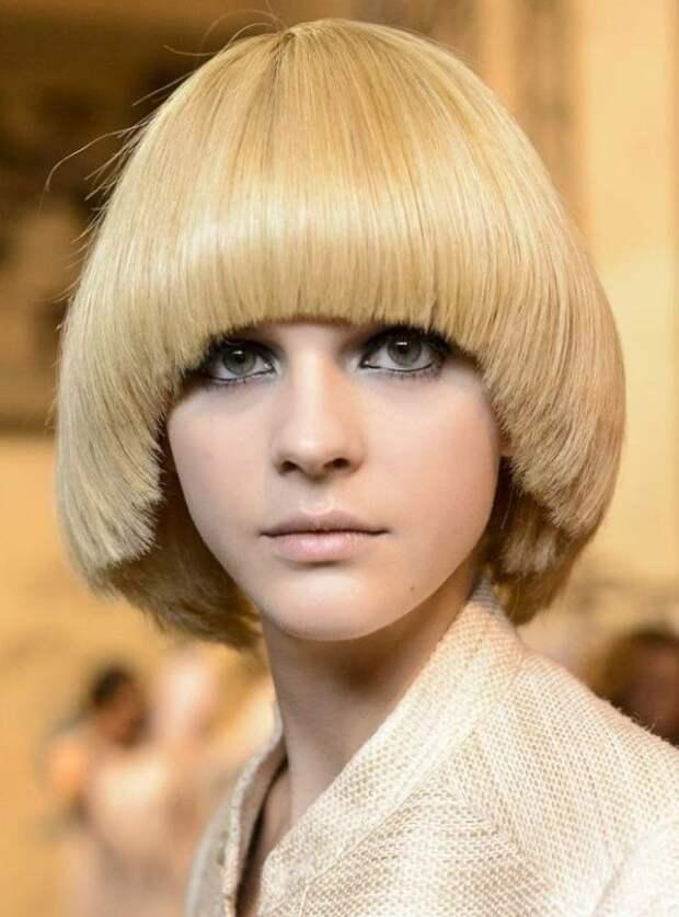 девушка блондинка со стрижкой паж