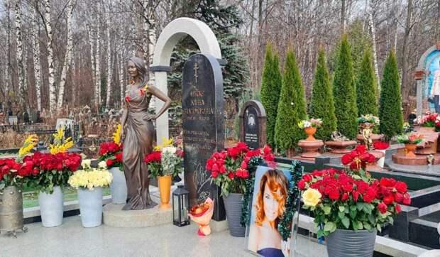Отец отчитал фанатов Фриске за нелепые украшения на ее могиле